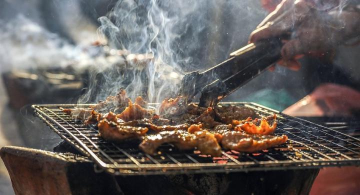 Τσικνοπέμπτη: Τι γιορτάζουμε σήμερα, γιατί τρώμε κρέας