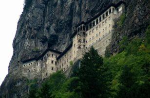 Τεράστιος βράχος απειλεί να ισοπεδώσει την Παναγία Σουμελά
