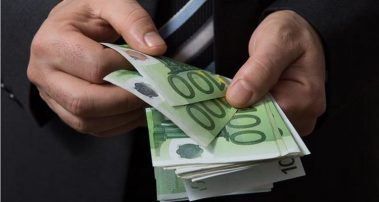 Έτσι θα είναι τα νέα άφθαρτα χαρτονομίσματα των 100 και 200 ευρώ