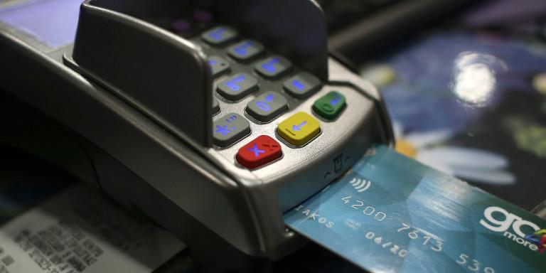 Έρχεται πλαφόν στις συναλλαγές με προπληρωμένες κάρτες