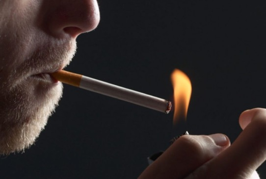 Κάπνισμα & οδήγηση: Πρόστιμα από 1.500 ευρώ και αφαίρεση διπλώματος