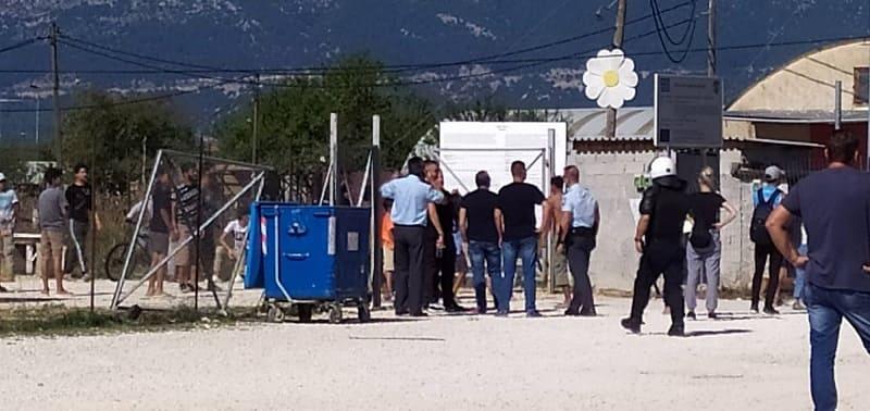 Πετροπόλεμος, προσαγωγές και δακρυγόνα στα Ιωάννινα – Πρόσφυγες αντιδρούν σε αφίξεις από τη Μόρια