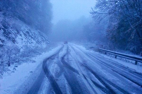 Χιόνια στο Βίτσι – Με χειμερινά ελαστικά η κίνηση