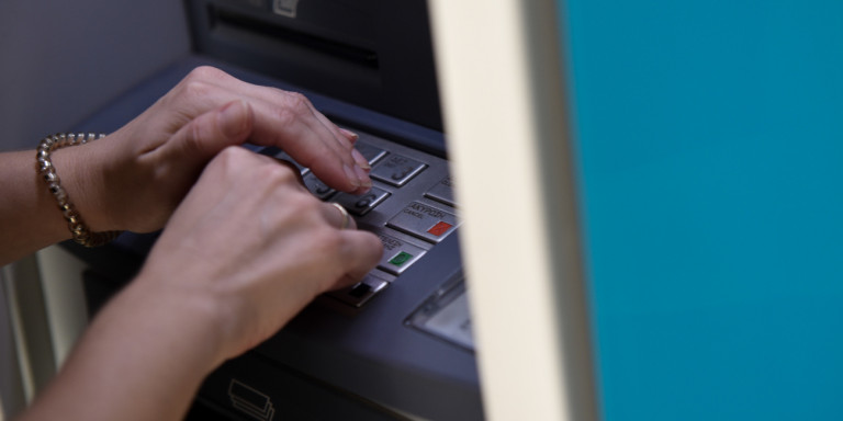 Τράπεζες: Ποιες χρεώσεις καταργούνται – Οι ανακοινώσεις Eurobank, Πειραιώς, Εθνικής, Alpha Bank
