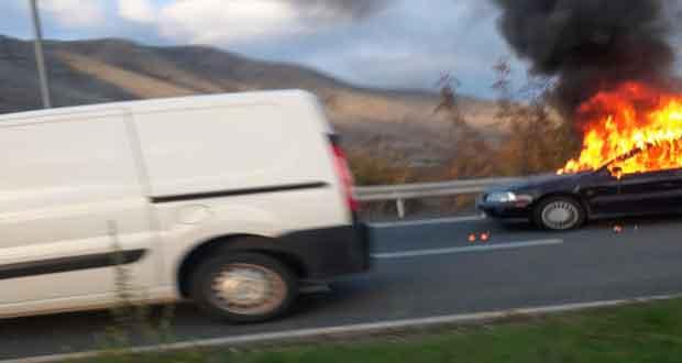 Φωτιά ξέσπασε σε Ι.Χ. αυτοκίνητο στον κόμβο της Σιάτιστας (Βίντεο)