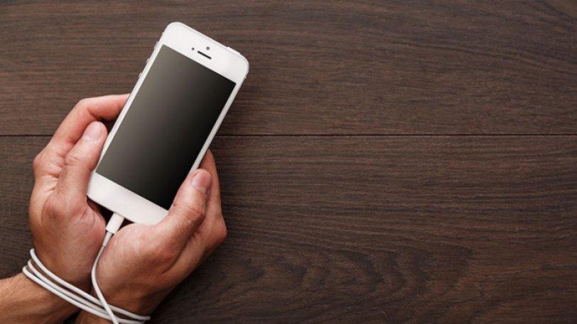 Ερευνα : Εθισμένος με τα κινητό του ένας στους τέσσερις νέους