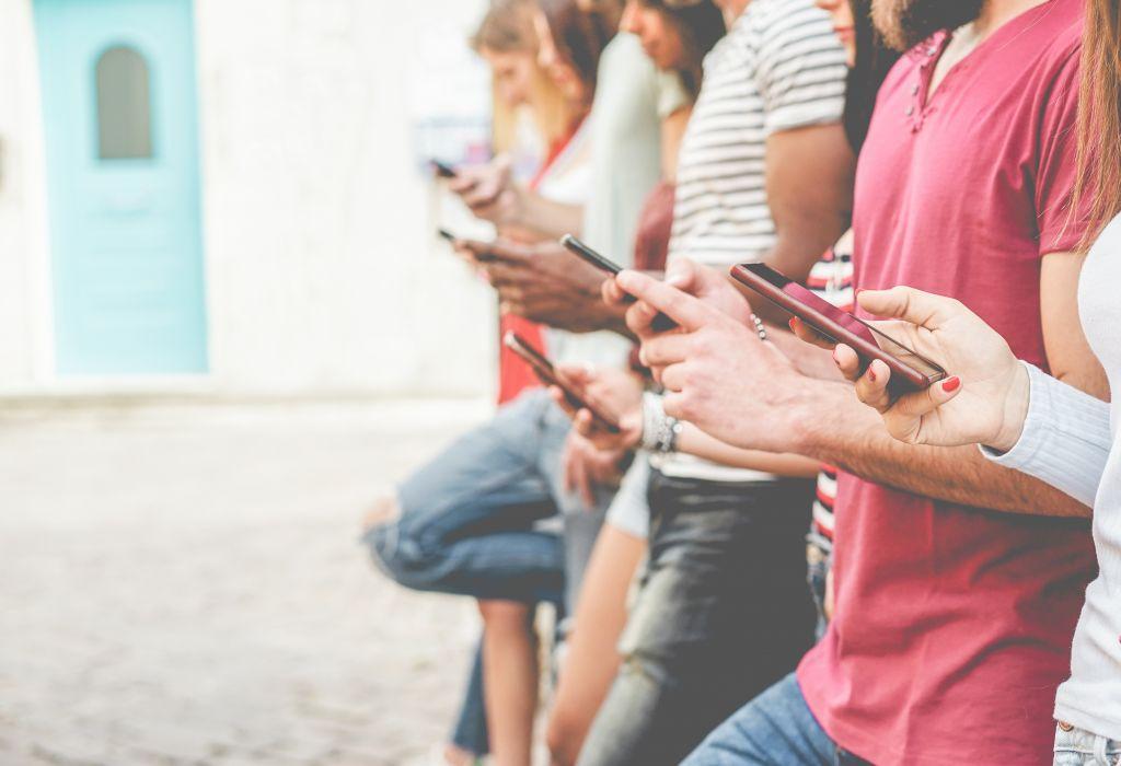 Τα social media οδηγούν στην μοναξιά ή το αντίστροφο;