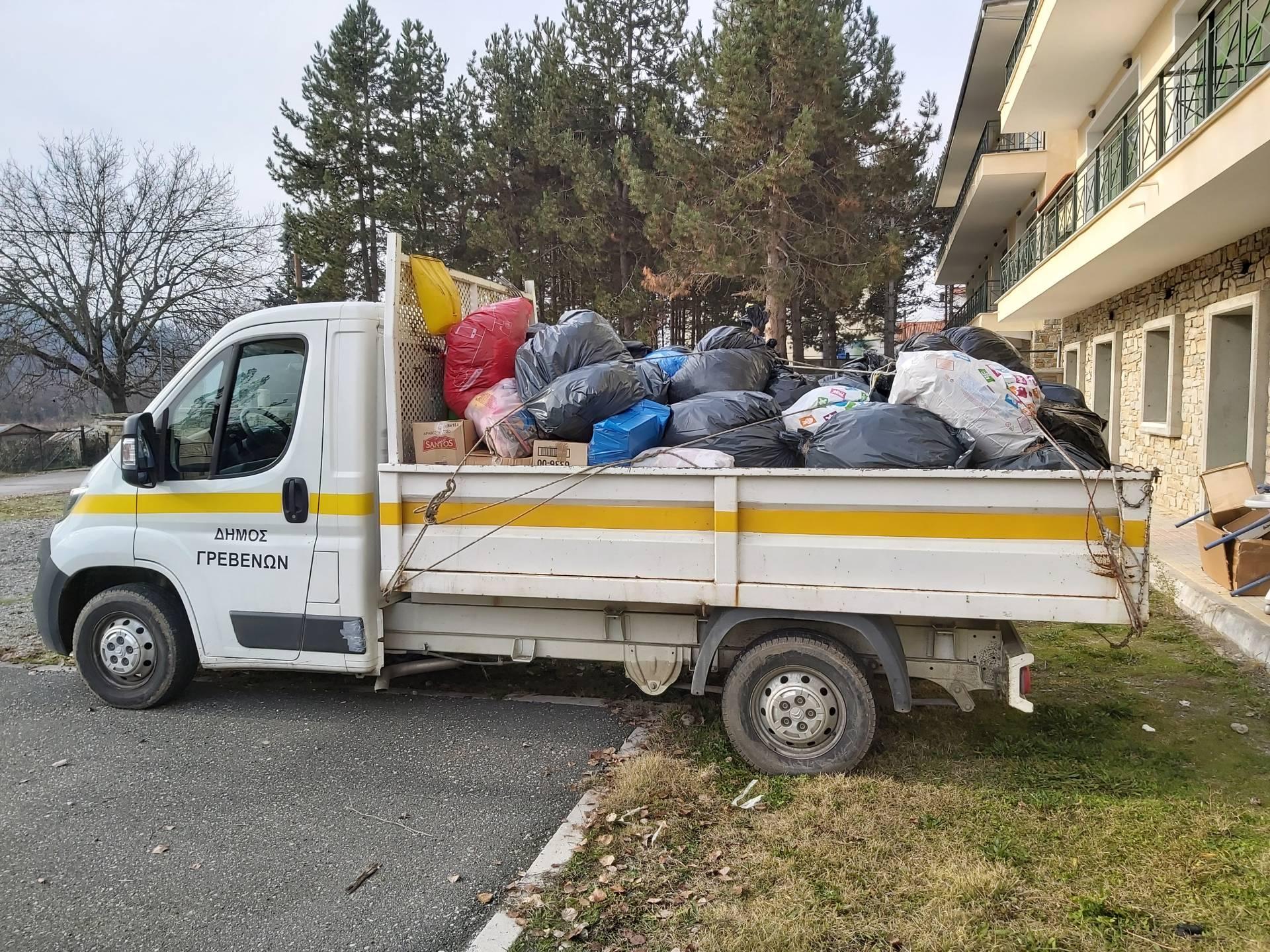 Ανθρωπιστική βοήθεια με είδη ένδυσης για τους πληγέντες της Αλβανίας