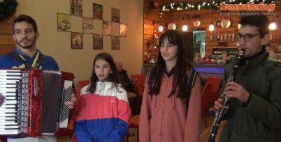 Τα κάλαντα έψαλλαν τα παιδιά στα Γρεβενά σήμερα Παραμονή Χριστουγέννων (Βίντεο)