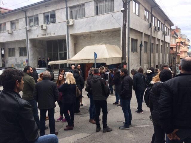 Γρεβενά:Κόσμος έξω από το Δικαστικό Μέγαρο Γρεβενών περιμένει τον φερόμενο ως δράστη αποπλάνησης ανήλικης σε χωριό των Γρεβενών