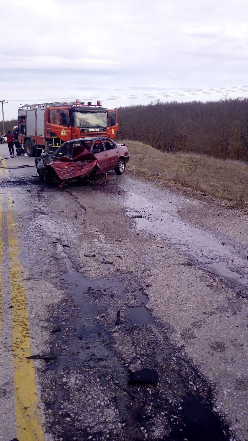 Συγκρούστηκαν δύο ΙΧ αυτοκίνητα στους Μαυραναίους-Τραυματίστηκε μια κοπέλα-Το ένα αυτοκίνητο κάηκε ολοσχερώς (φωτογραφίες)