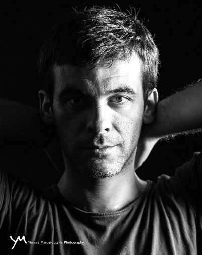 Εδώ μπορείτε να ακούσετε το νέο τραγούδι του Απόστολου Ρίζου , ( στις 14:00 – 29/3 ) και να διαβάσετε  το μήνυμα που μας στέλνει ο καλλιτέχνης