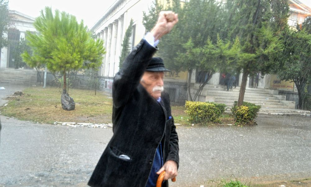Πέθανε σήμερα Δευτέρα ο αγωνιστής της Αριστεράς Μανώλης Γλέζος σε ηλικία 98 ετών.