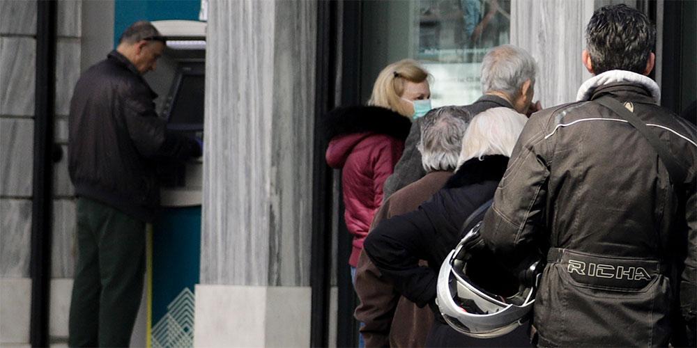 Ουρές έξω από τις τράπεζες παρά τις οδηγίες αποφυγής συνωστισμού