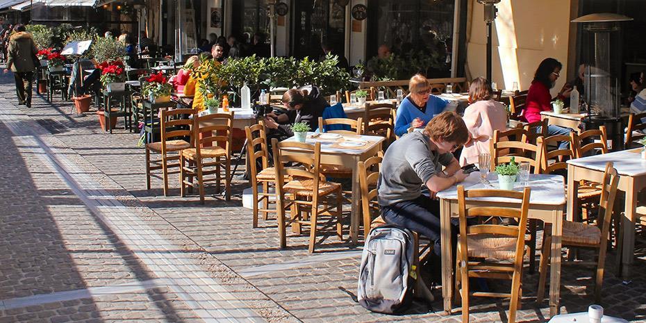 «Κομμένα» φέτος τα εστιατόρια λέει ο ένας στους 2 καταναλωτές