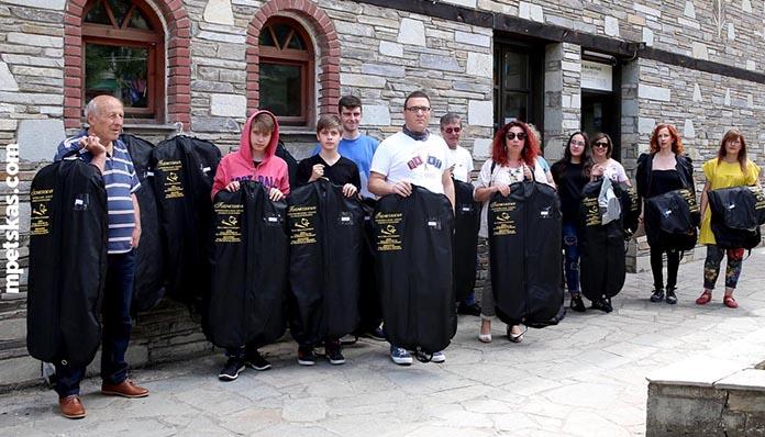 Πτώση αυλαίας για την Φιλαρμονική της Καστοριάς: Οι μουσικοί και οι γονείς των μαθητών παρέδωσαν διαμαρτυρόμενοι τις στολές τους στον Δήμο Καστοριάς