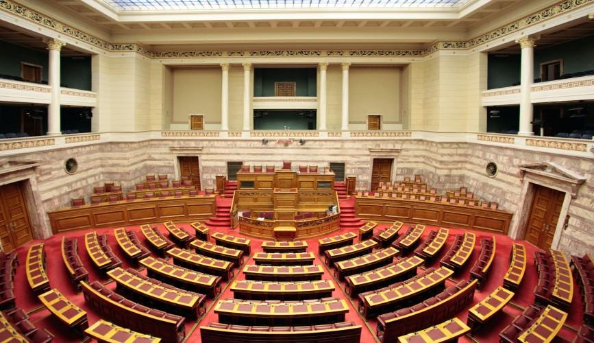 Υποχρεωτική η μάσκα για υπουργούς και βουλευτές στη Βουλή