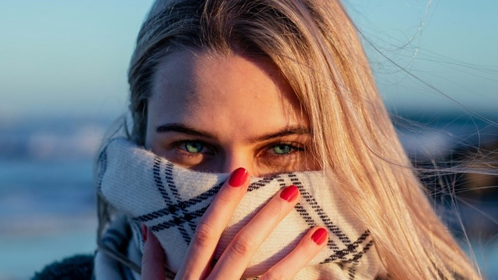 Μαντίλια, κουκούλες και «κολάρα» λαιμού δεν προστατεύουν όσο οι μάσκες