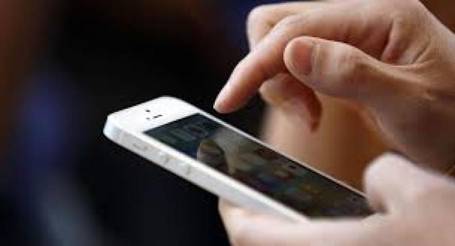 Καστοριά: Έσκασε το κινητό του τηλέφωνο – Πήραν φωτιά ρούχα και καναπές