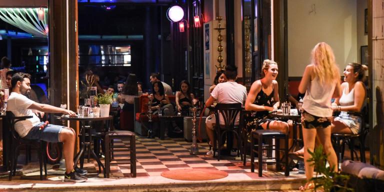 Σε αυτές τις 15 περιοχές από σήμερα, μπαρ, κλαμπ, εστιατόρια θα κλείνουν τα μεσάνυχτα- Στο τραπέζι plan b, τι περιλαμβάνει