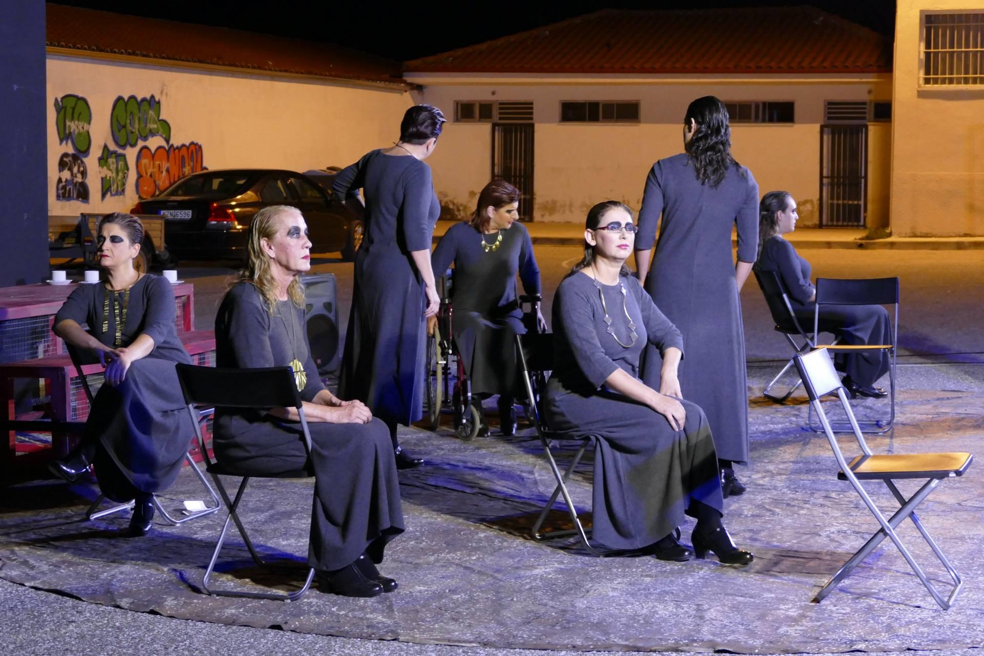 Δήμο Δεσκάτης: Με επιτυχία πραγματοποιήθηκε η θεατρική παράσταση «Οκτώ γυναίκες κατηγορούνται»