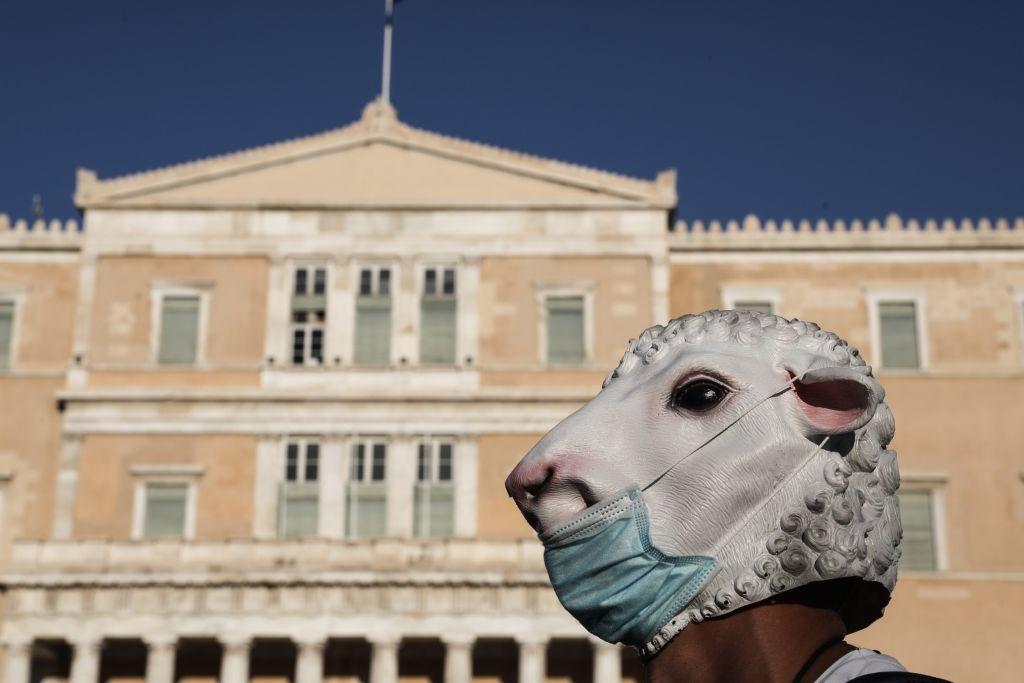 «Πονοκέφαλος» οι συνωμοσιολόγοι και στην Ελλάδα – Το 44% δεν θέλει να κάνει το εμβόλιο