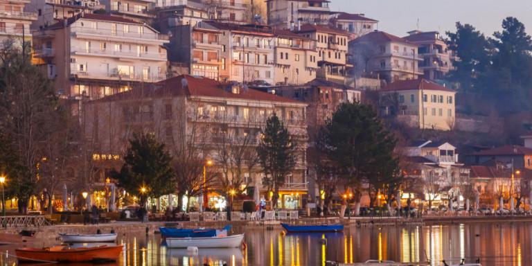 Σε lockdown από σήμερα η Καστοριά -Αδειοι δρόμοι, λιγοστοί άνθρωποι έξω, κλειστά καταστήματα [βίντεο]