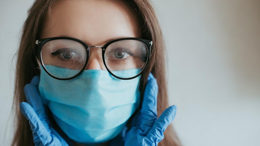 Πώς θα φοράτε την προστατευτική μάσκα για να αποφύγετε το ενοχλητικό θάμπωμα στα γυαλιά σας