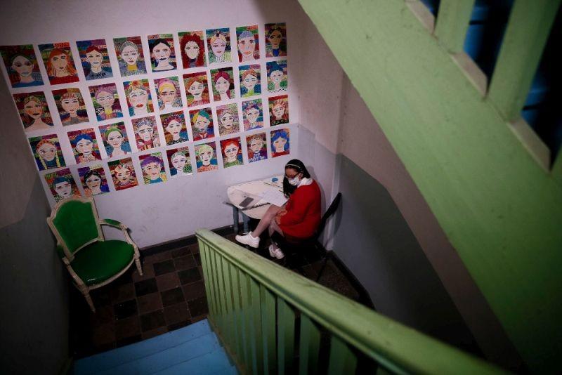 Κορίτσι με σύνδρομο Down μετέτρεψε κλιμακοστάσιο οικοδομής σε έκθεση ζωγραφικής