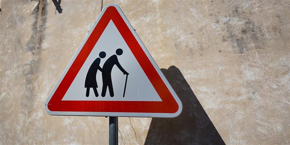 Πώς το δημογραφικό απειλεί να εκτροχιάσει το ασφαλιστικό