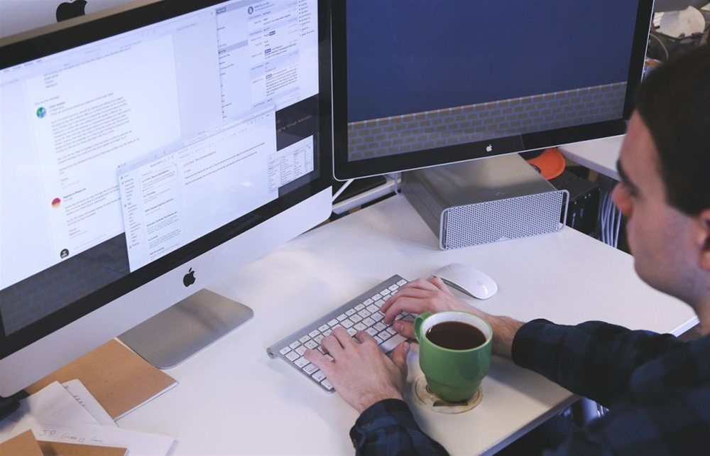 Έλεγχοι στους χώρους εργασίας – Τι ισχύει για δημόσιο και ιδιωτικό τομέα
