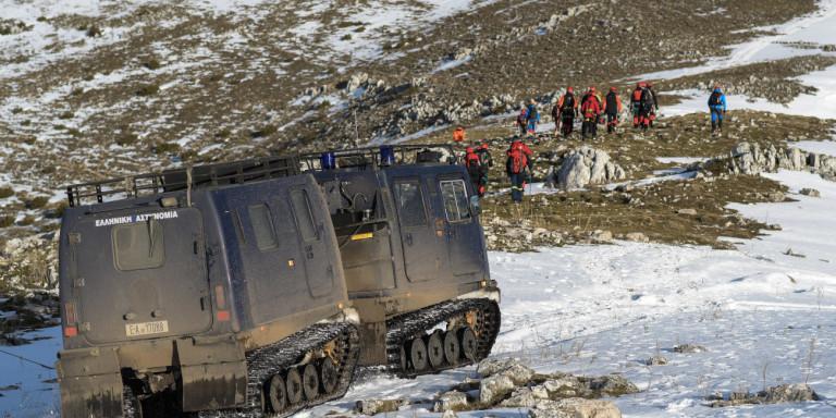 Μεγάλη επιχείρηση στο χιόνι για να προσεγγίσουν τα συντρίμμια του μονοθέσιου αεροσκάφους