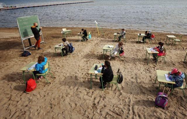 Ισπανοί μαθητές μετέφεραν τις τάξεις τους στην παραλία