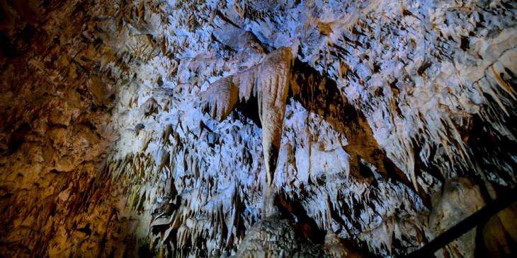 Πρέβεζα: Όταν αποκαλύφθηκε τυχαία εντυπωσιακό σπήλαιο με σταλακτίτες κάτω από νταμάρι- Σαν γλυπτό