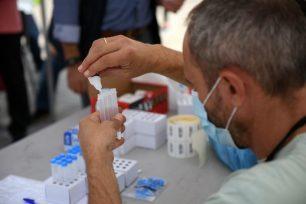 Έλεγχοι ταχείας ανίχνευσης κορωνοϊού (rapid tests) στην κεντρική πλατεία Πτολεμαΐδας