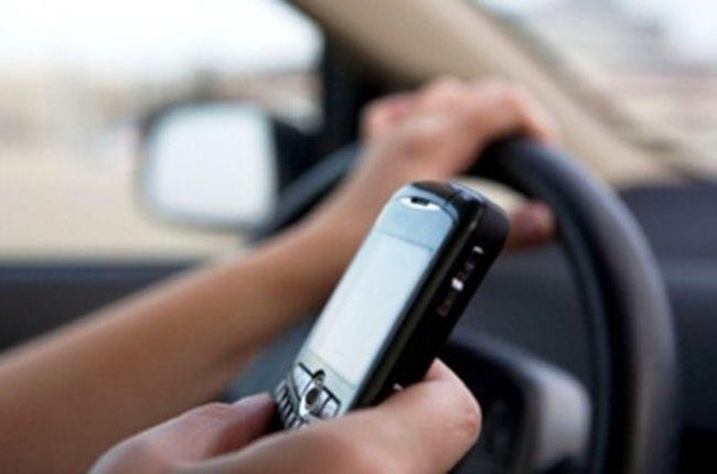 Ένας στους 3 Έλληνες στέλνει και διαβάζει SMS/mail, ενώ οδηγεί