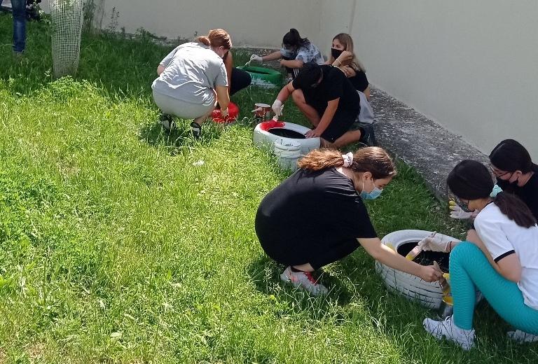 Τα παιδιά του 1ου Γυμνασίου Γρεβενών δημιούργησαν παρτέρια λουλουδιών από παλιά λάστιχα αυτοκινήτων με τη βοήθεια του Δήμου