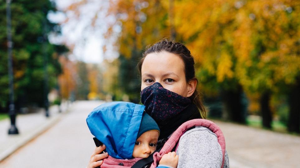 Κορωνοϊός-ΕΚΠΑ: Τι ισχύει με τα μέτρα σε οικογένειες με εμβολιασμένα και μη μέλη