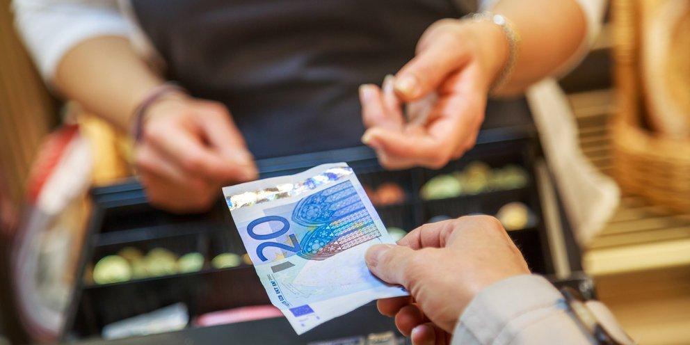 Κορωνοϊός: Χαμηλός ο κίνδυνος μόλυνσης μέσω χαρτονομισμάτων και κερμάτων