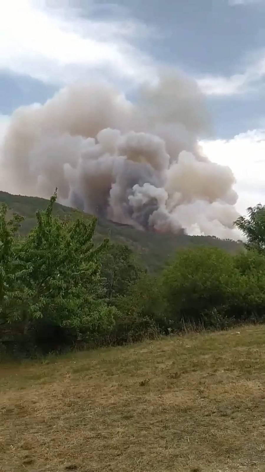 Μεγάλη φωτιά στο Σμόλικα κοντά στα χωριά Πάδες και Άρματα