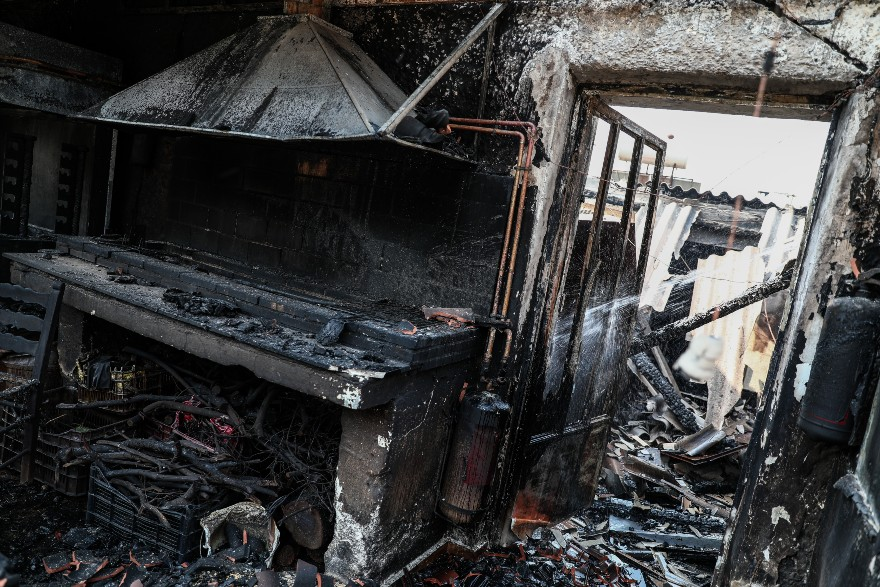 Τι συμβαίνει όταν μια επιχείρηση καταστρέφεται από φωτιά: Τι ισχύει για τις αποζημιώσεις εργαζομένων και τις απολύσεις