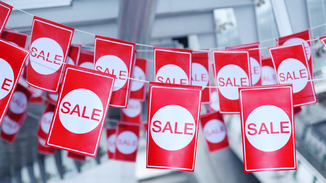 Ενδιάμεσες εκπτώσεις: Πότε αρχίζουν, ποιες Κυριακές είναι ανοιχτά τα καταστήματα